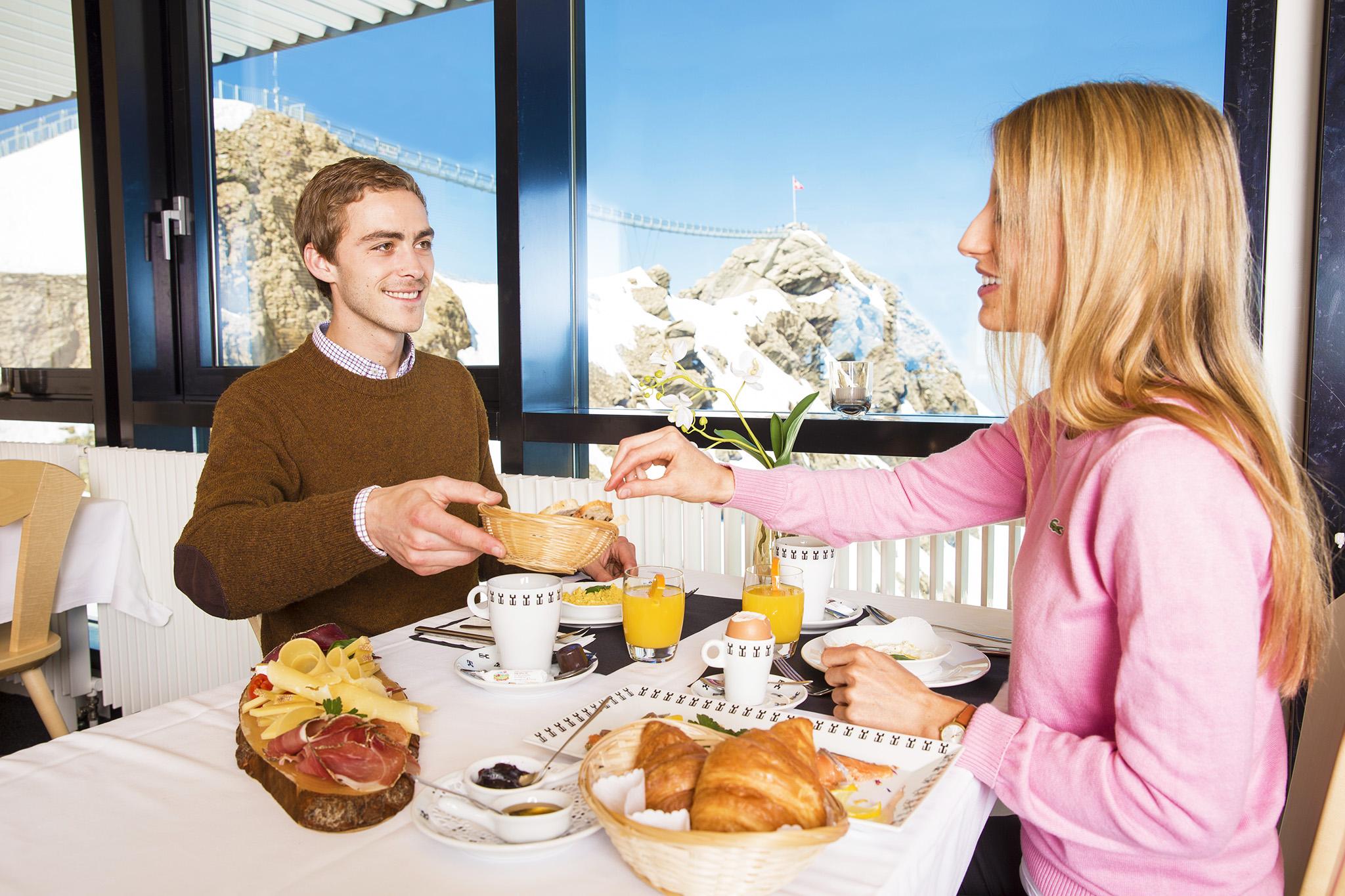 kt_2020_320_Keytours_excursions_Swisstours_glacier3000_restaurant3_2048_10