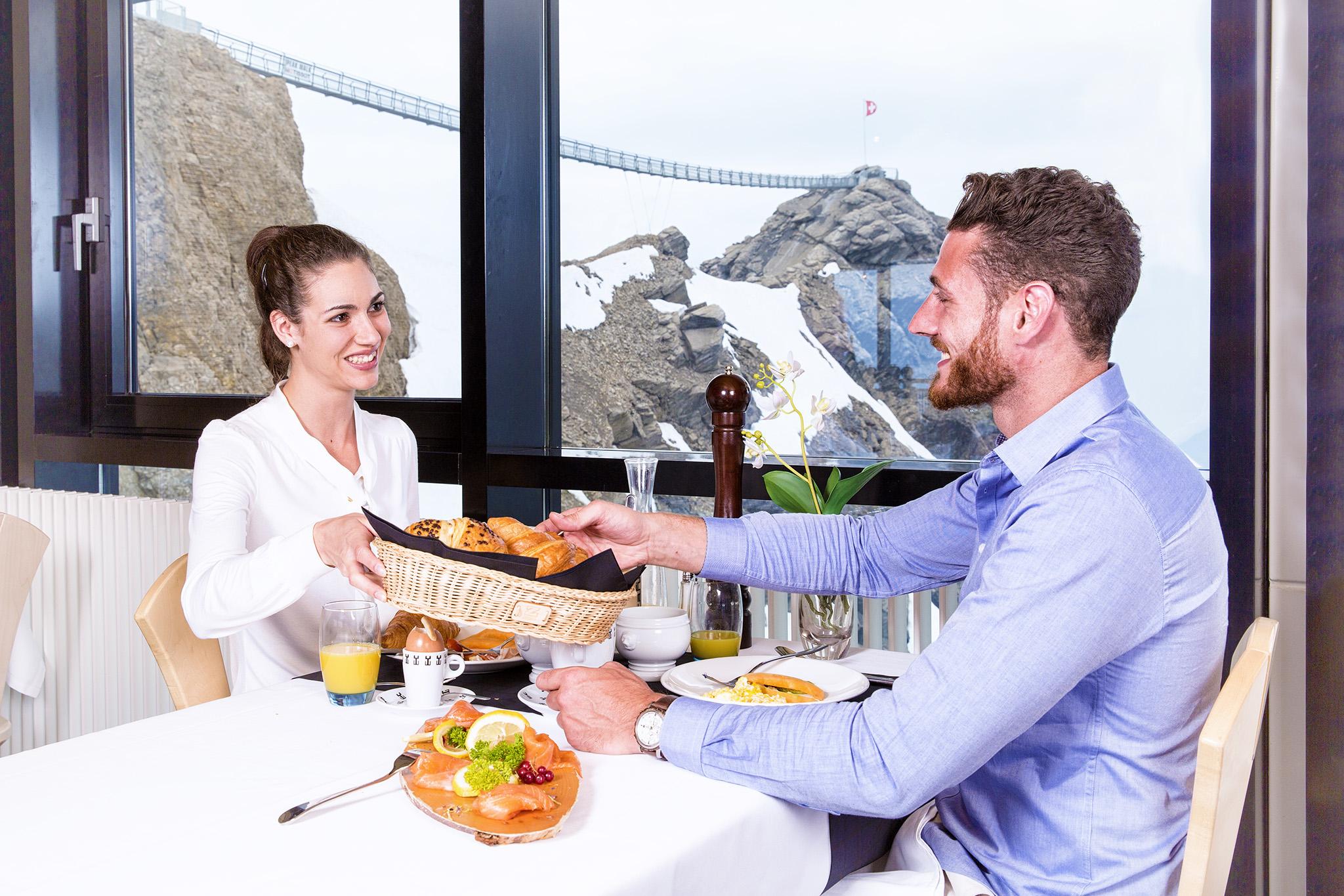 kt_2020_320_Keytours_excursions_Swisstours_glacier3000_restaurant4_2048_10