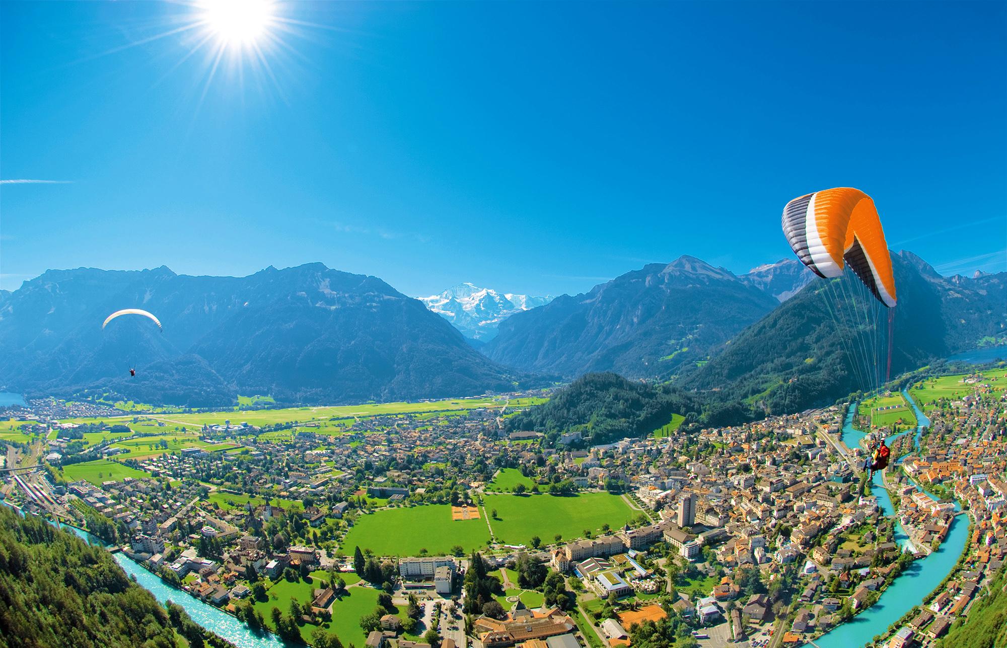 INTERLAKEN - Paraglider im Flug ueber Interlaken.Paraglider flying over Interlaken.Copyright by Interlaken Tourismus Byline: swiss-image.ch/